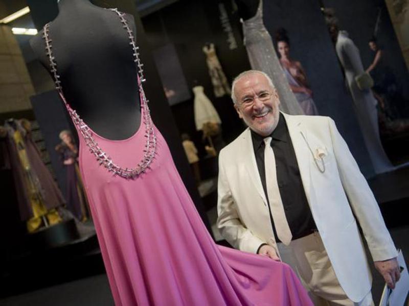 Pedro del Hierro tocando vestido rosa