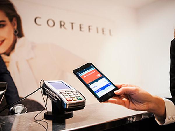 persona pagando con el móvil en tienda omnicanal de Cortefiel