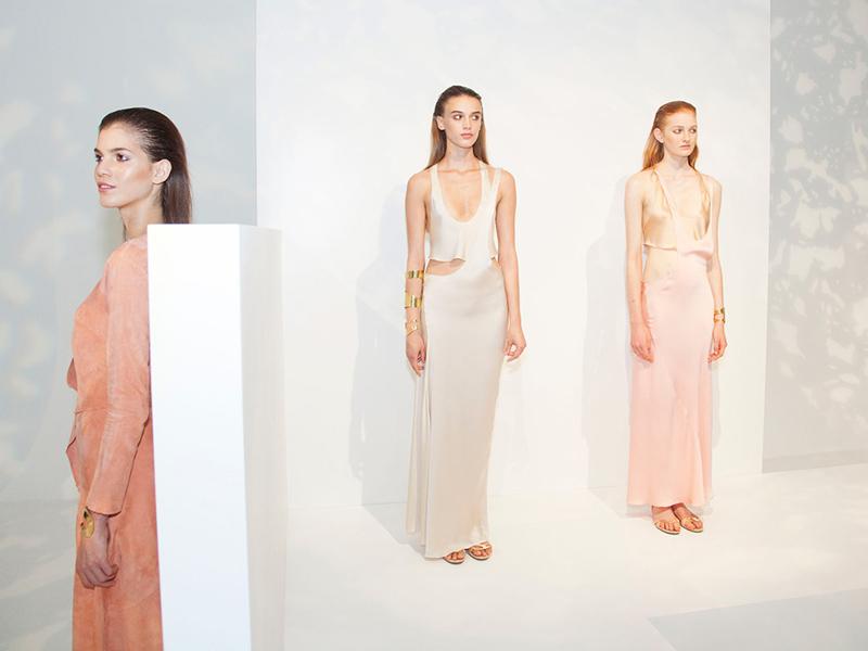 tres modelos vestidas de Pedro del Hierro en la New York Fashion Week