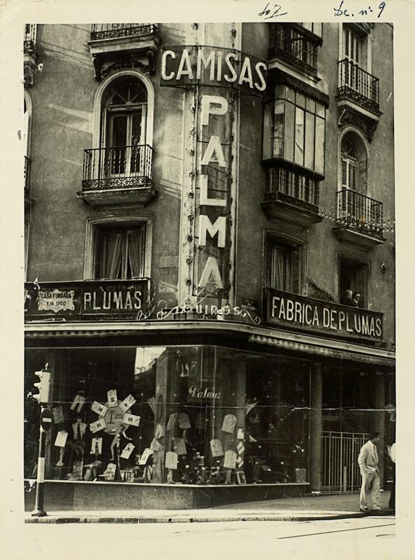 Hombres de traje hablando en factoría de camisas La Palma
